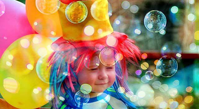 Kind mit Luftblasen