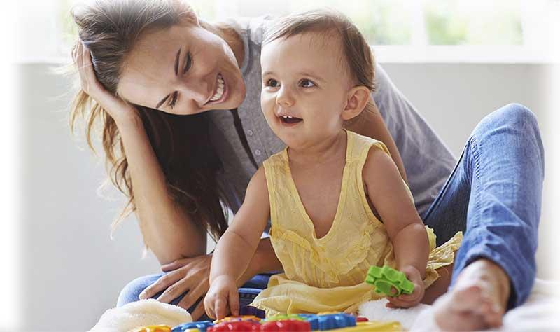 Babysitter spielt mit Kind